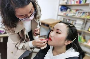 初学者选择广州化妆学校应当注意哪些问题